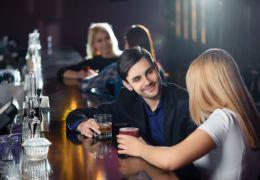 Faut-il draguer ou se faire draguer dans les bars?